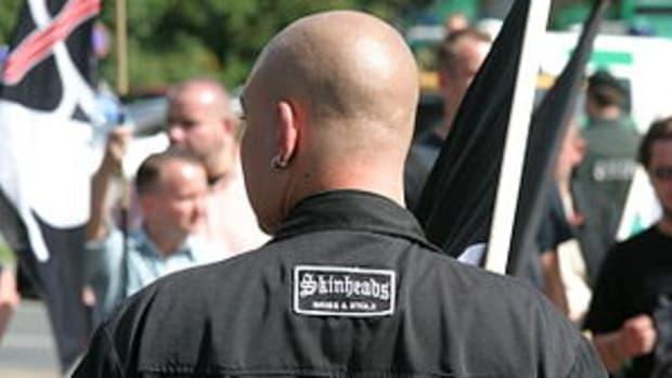 Deutsch: Rassistischer Neonazi als Skinhead mi...