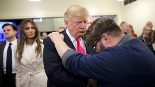 P19-Trump-prayer-800x500
