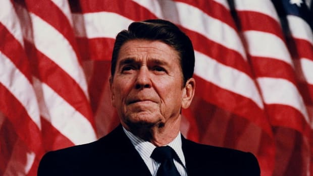 1024px-President_Reagan_speaking_in_Minneapolis_1982
