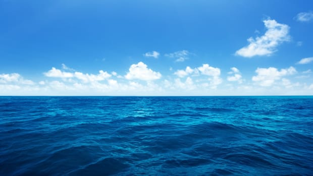 blue-seawater-and-sky-desktop-wallpaper-2880x1800