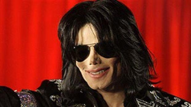 Astro pop Michael Jackson sofre parada cardíaca e morre em Los Angeles aos 50 anos by MIRIAM GODET.