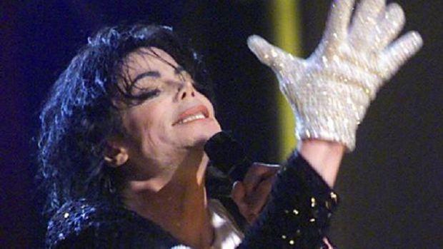 Michael Jackson vende mais que Elvis e Lennon após suas mortes + Michael Jackson durante show em Nova York (07/09/2001) by MIRIAM GODET.