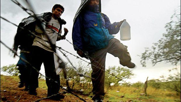 /aztlan_illegals_time_06of6_border_jump_fence.jpg