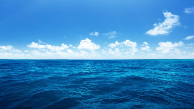 blue-seawater-and-sky-desktop-wallpaper-2880x1800