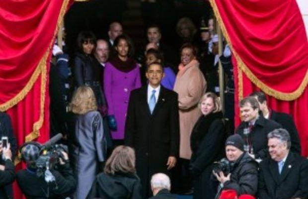 obama-gazingatinauguralcrowd