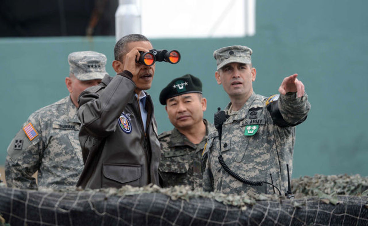 obama-binoculars-military